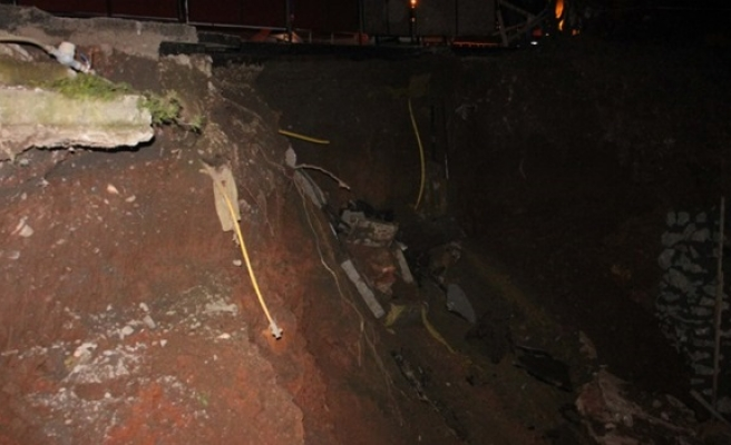 Asfalt yol çöktü , doğalgaz boruları patlatdı büyük panik yaşandı