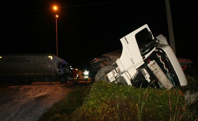 Tır ile kamyon çarpıştı 2 kişi yaralandı