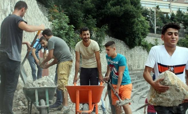 Gönüllü olarak stat inşaatında çalışıyorlar