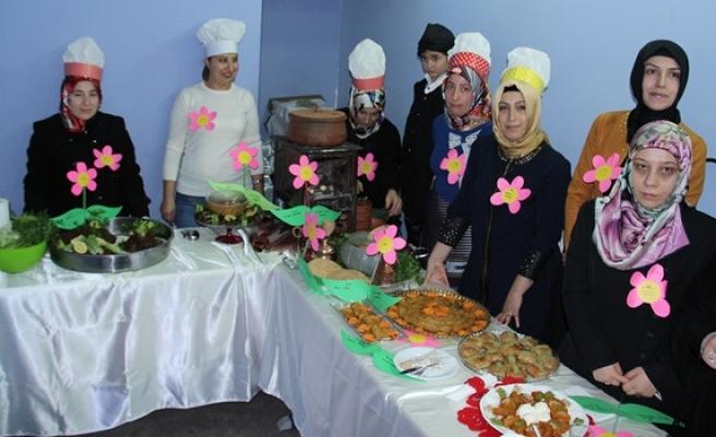 Öğrenci velileri yöresel lezzetler için yarıştı