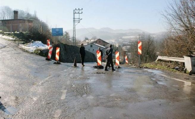 Yol göçtü,25 Köye ulaşım sağlayan Yol  kapandı