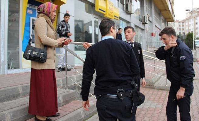Polis, genç kadını ikinci kez dolandırılmaması için zor ikna etti