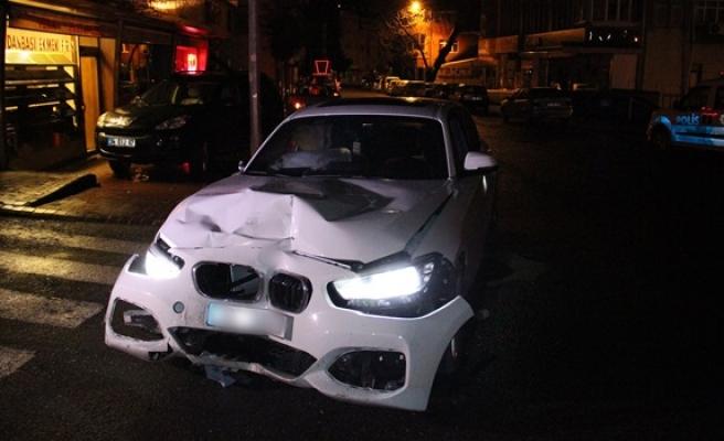 Ereğli´de lüks otomobil yoldan çıkıp elektrik panolarını devirdi
