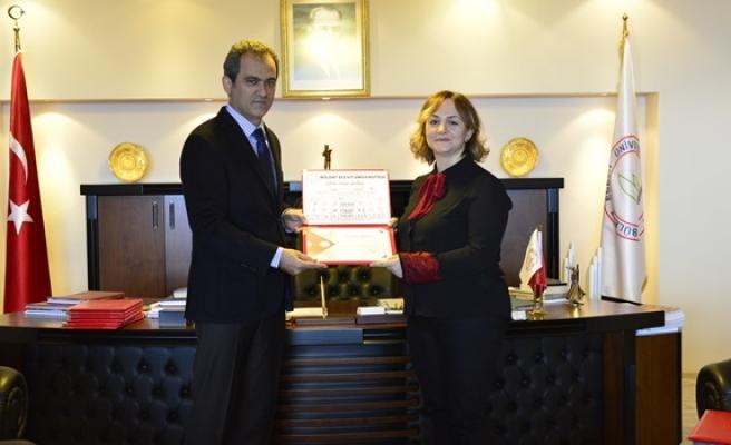 Teşekkür belgelerini Rektör Prof. Dr. Mahmut Özer takdim etti