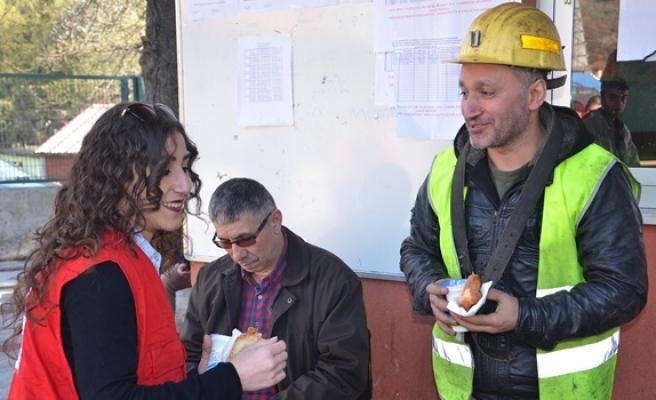 BEÜ Kızılay Gençlik Topluluğu maden işçilerine ayran ve poğaça dağıttı