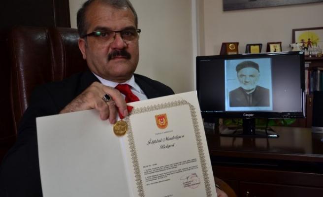 Dedesinin istiklal madalyasını 110 sene sonra torunu teslim aldı