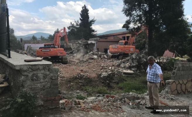 O okulun yıkımına başlandı
