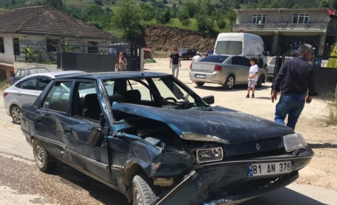 Otomobil ile motosiklet çarpıştı: 5 yaralı