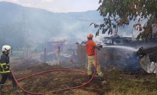 Köy yangınına helikopterli müdahale!
