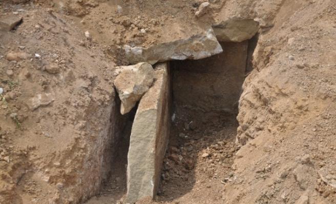 Yol kazısında ortaya çıkan bin 800 yıllık taş sandık mezar incelemeye alındı