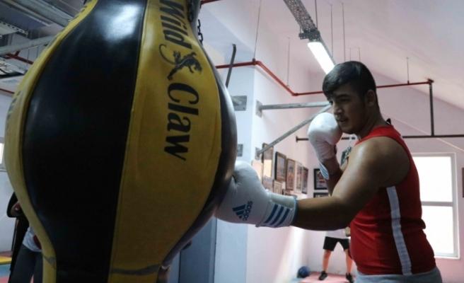 Genç boksör hedef büyüttü
