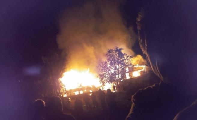 Elektrik kontağından çıkan yangın 2 evi kül etti