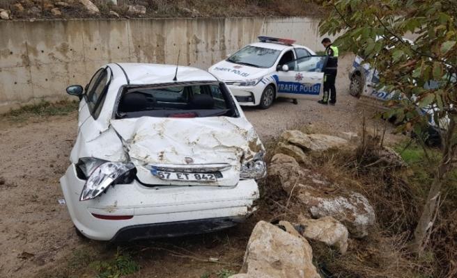 iki otomobil çarpıştı, sürücü sıkıştı