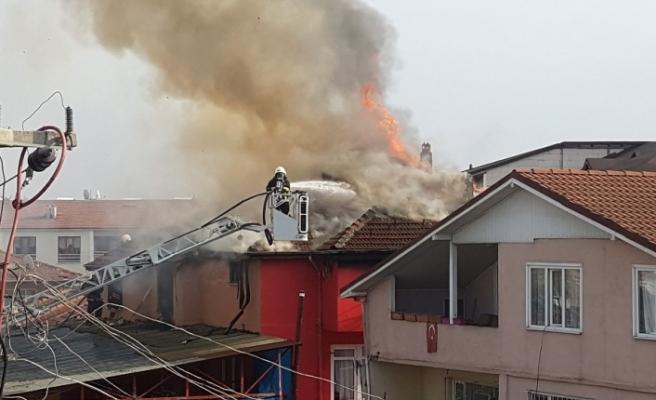 Düzce'de bir binanın çatısı tamamen yandı