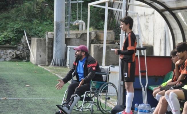 Tekerlekli sandalyede bile takımını yalnız bırakmadı...