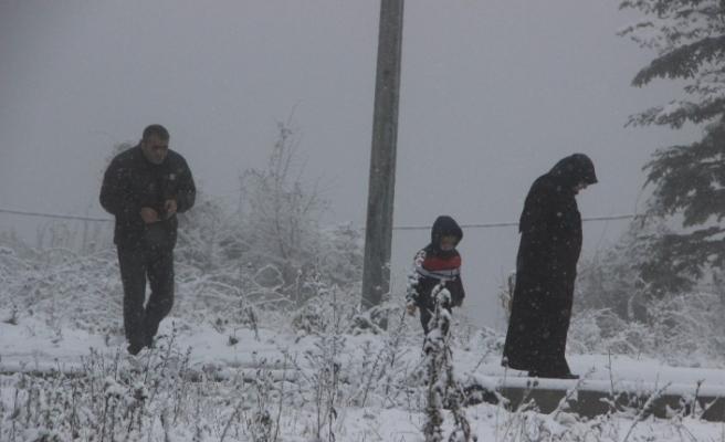 Vatandaşlar Bolu Dağı'nda durdu karda fotoğraf çektirdi