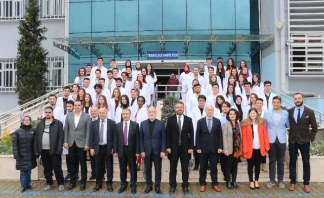 KBÜ Diş Hekimliği Fakültesinin ilk öğrencileri beyaz önlüklerini giydi
