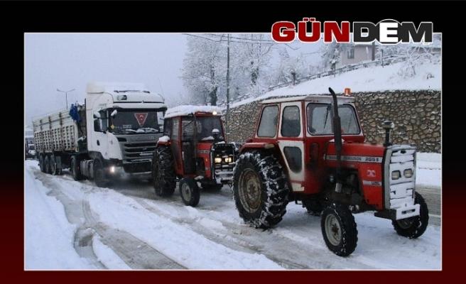 Yolda kalan araçlar traktör ile çekiliyor