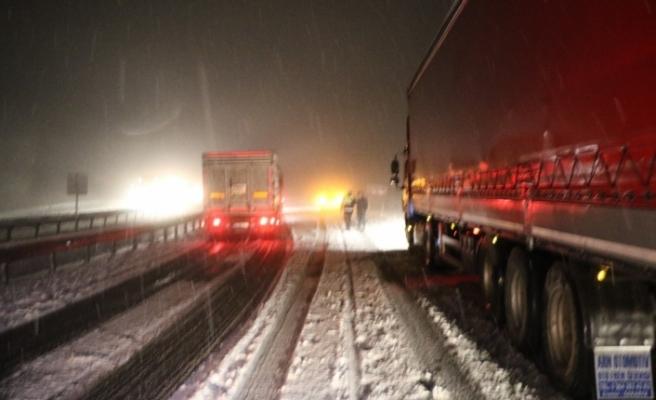 1.5 saat süren kar esareti sonrası yol trafiğe açıldı