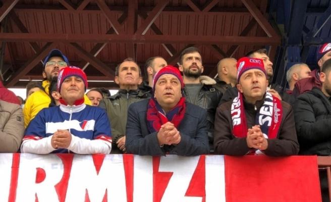 Başkan adayı maçı kırmızı şimşeklerle birlikte izledi