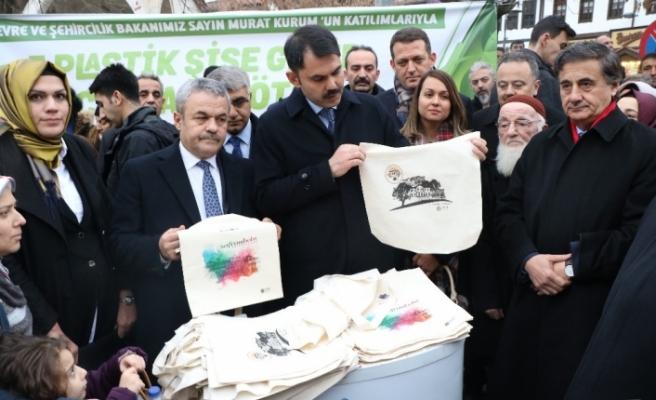 Çevre Bakanı Kurum yerli ve yabancı turistlere bez çanta hediye etti