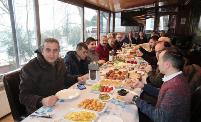 Gazeteciler kahvaltıda bir araya geldi