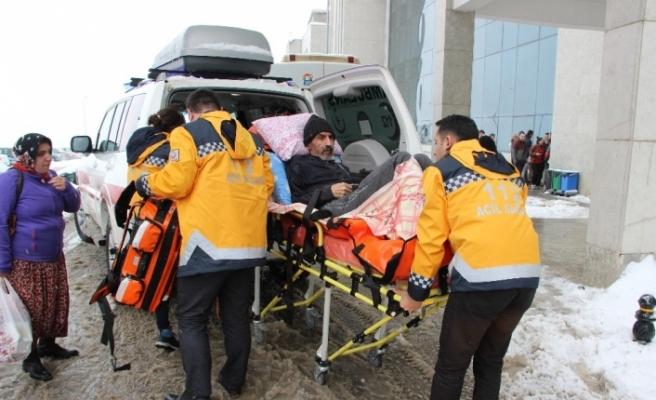 Köy yolu kardan kapanınca hastanın yardımına paletli ambulans yetişti