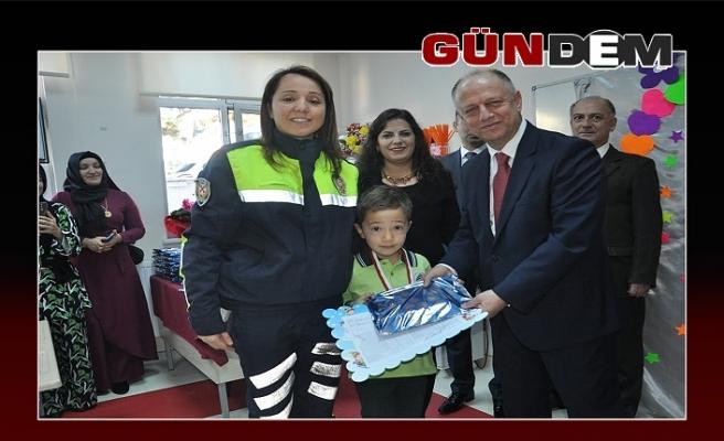 Miniklere karnelerini Kaymakam Çorumluoğlu verdi
