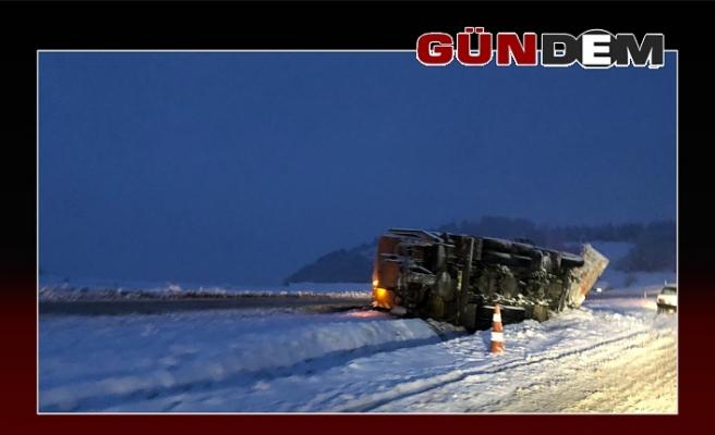 Son dakika... Kar temizleme aracı kaza yaptı... Trafik felç...