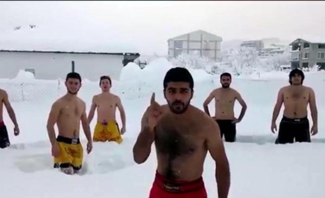 Üniversite öğrencilerinden şortlu kar çılgınlığı