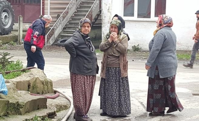 Yangında kışlık yakacakları kül olan yaşlı kadın gözyaşlarına boğuldu