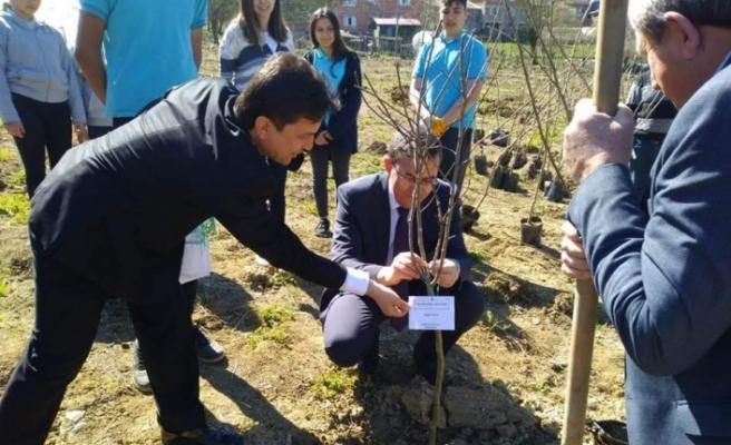 Öğrencileri fidanları toprakla buluşturdu