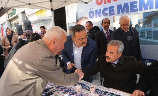 Uysal seçim bürosu önünde vatandaşları dinledi