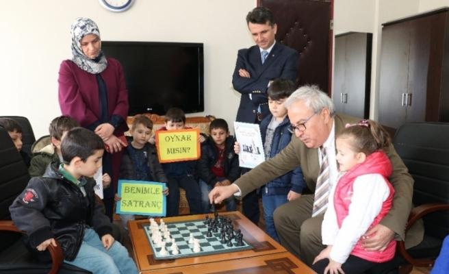 Vali amca ile satranç oynadılar
