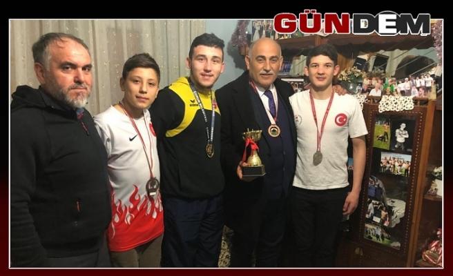 Yağlı güreş sözü veren Şahin'e birincilik kupası