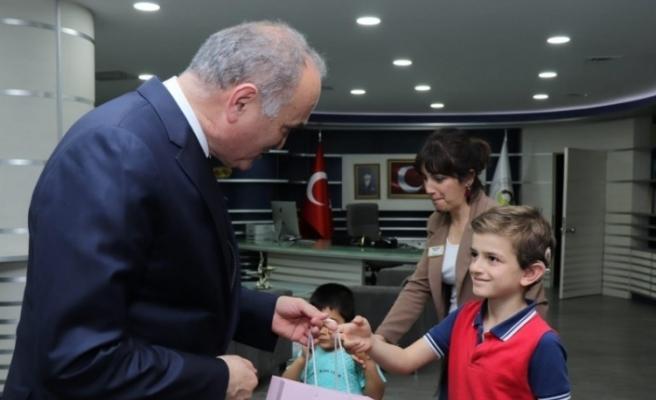 Başkan Özlü'ye özel çocuklardan ziyaret