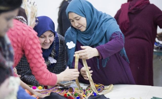 Mülteci kadınlar hem bez çanta dikiyor hemde sosyalleşiyor