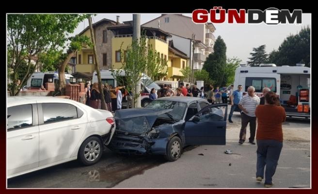 Öğrenci servisi ile otomobil çarpıştı; 2 yaralı