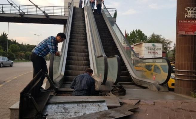 Öğretim görevlisinin ayağı yürüyene merdivene sıkıştı