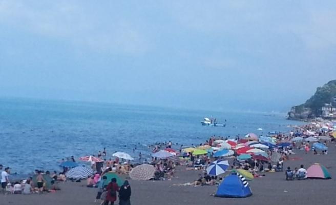 Akçakoca'da sahilleri tıklım tıklım