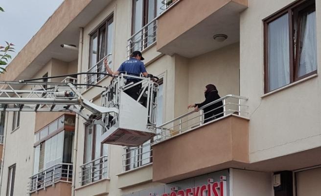 Evde mahsur kaldı yardımına itfaiye ve polis koştu