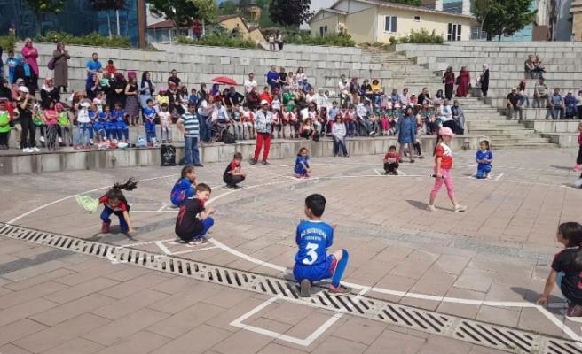 'Geleneksel Çocuk Oyunları' zeminin azizliğine uğradı