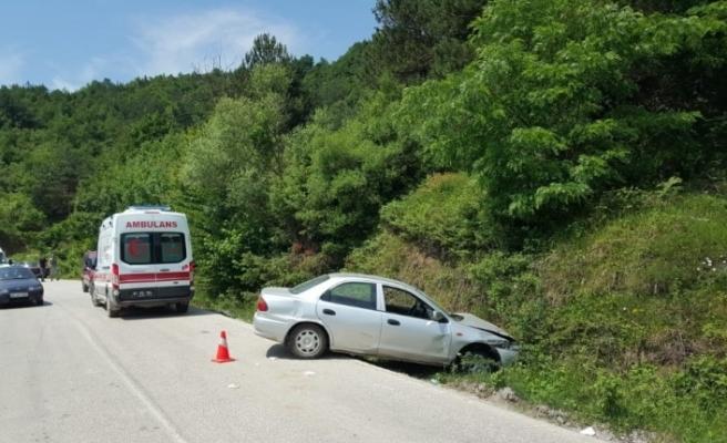 Önce bariyerlere sonra toprak zemine çarptı; 2 kişi yaralandı