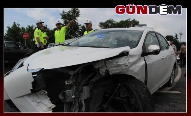 Otomobil ile hafif ticari araç çarpıştı!..