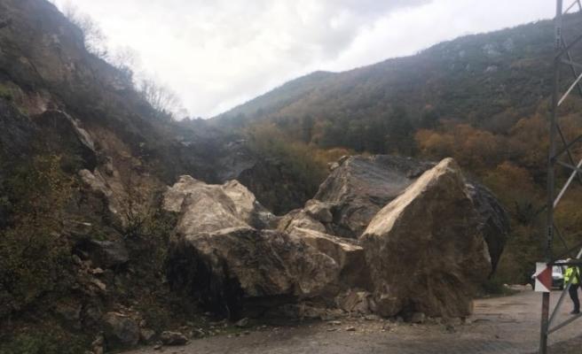 Sağanak yağış, dev kayaların yola düşmesine neden oldu