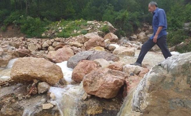 Sağanak yağış köy yolunun ulaşıma kapattı