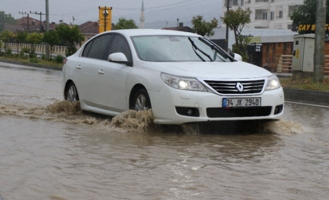 Karabük'te kısa süreli yağış yolları göle çevirdi