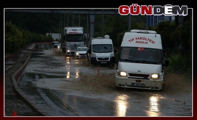 Şiddetli yağmur yolları göle çevirdi