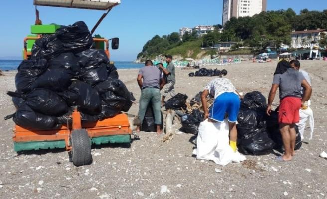 Akçakoca'da plajlar temizleniyor