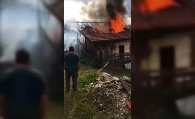 Bacadan çıkan yangında evin çatısı alevlere teslim oldu